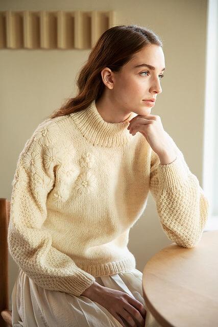 свитер с цветочноый вышивкой описание