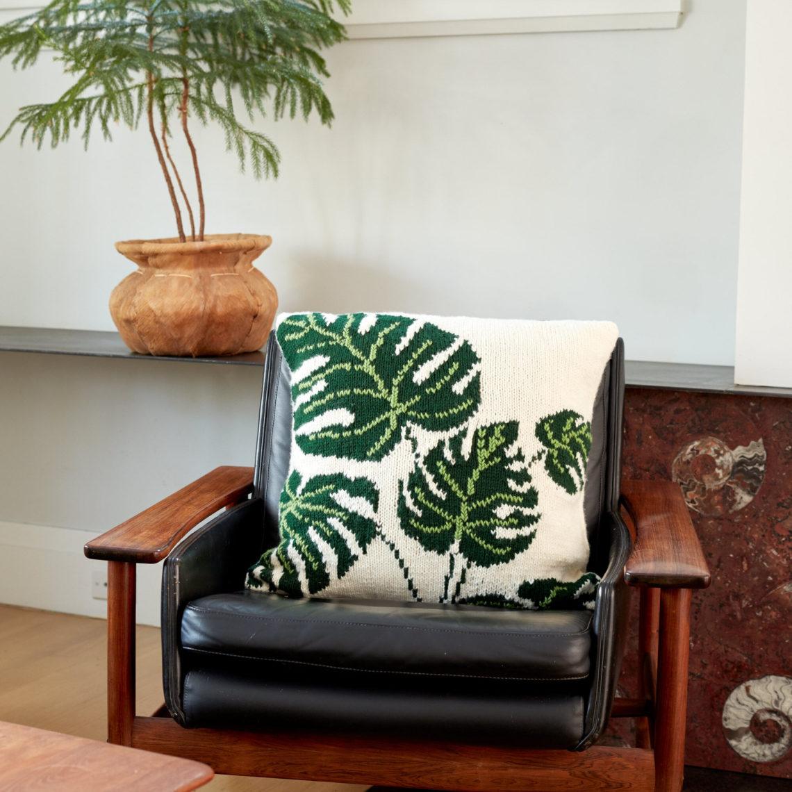 чехол для подушки спицами с узором листья
