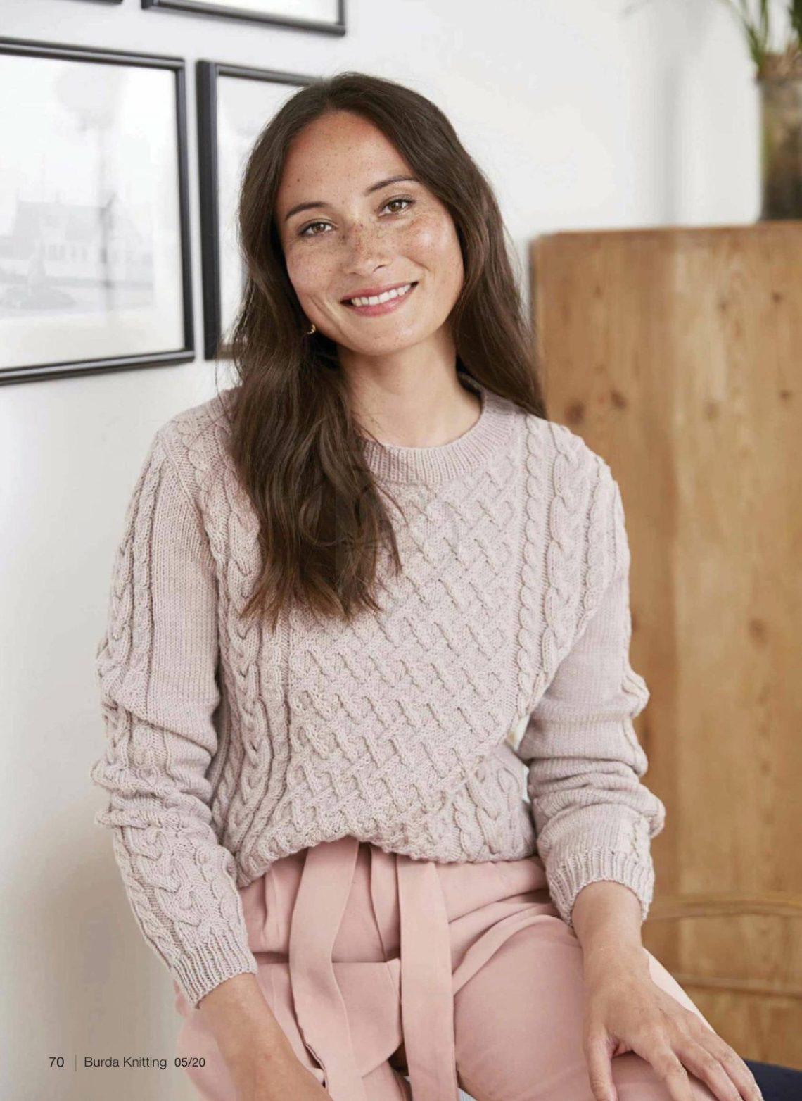 модный свитер с арановыми узорами