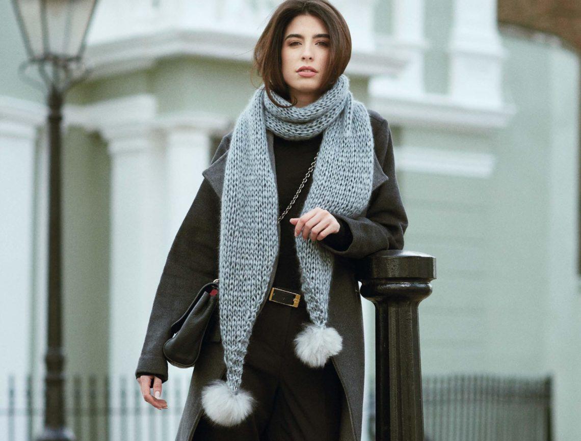 модный вязаный шарф с помпонами
