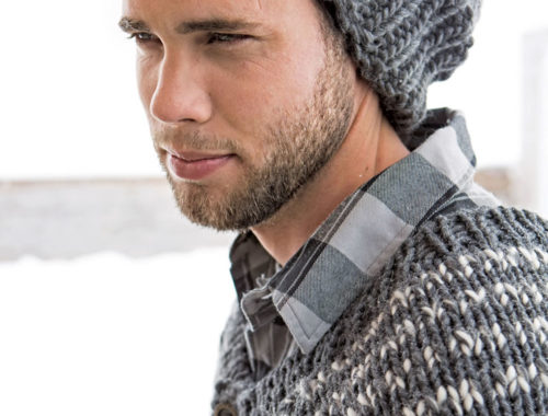 модная мужская шапка спицами